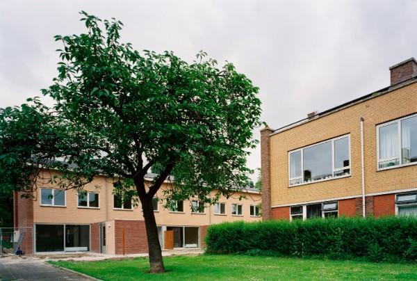 wijkaanzicht van de gerenoveerde woningen in de zierikzeebuurt met veel begroeiing