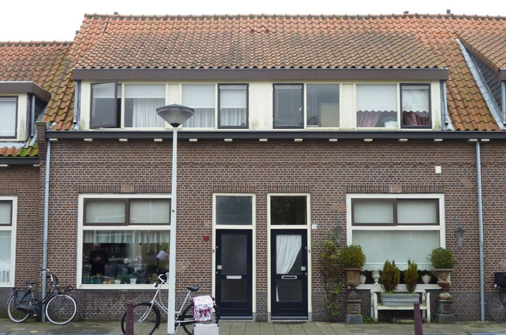 bestaande situatie van de gevel van een woning in de tuinstadwijk met ervoor fietsen