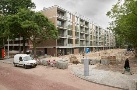 de klarenstraat in amsterdam tijdens de verbouwing en renovatie met kinderen spelend in de opengebroken weg