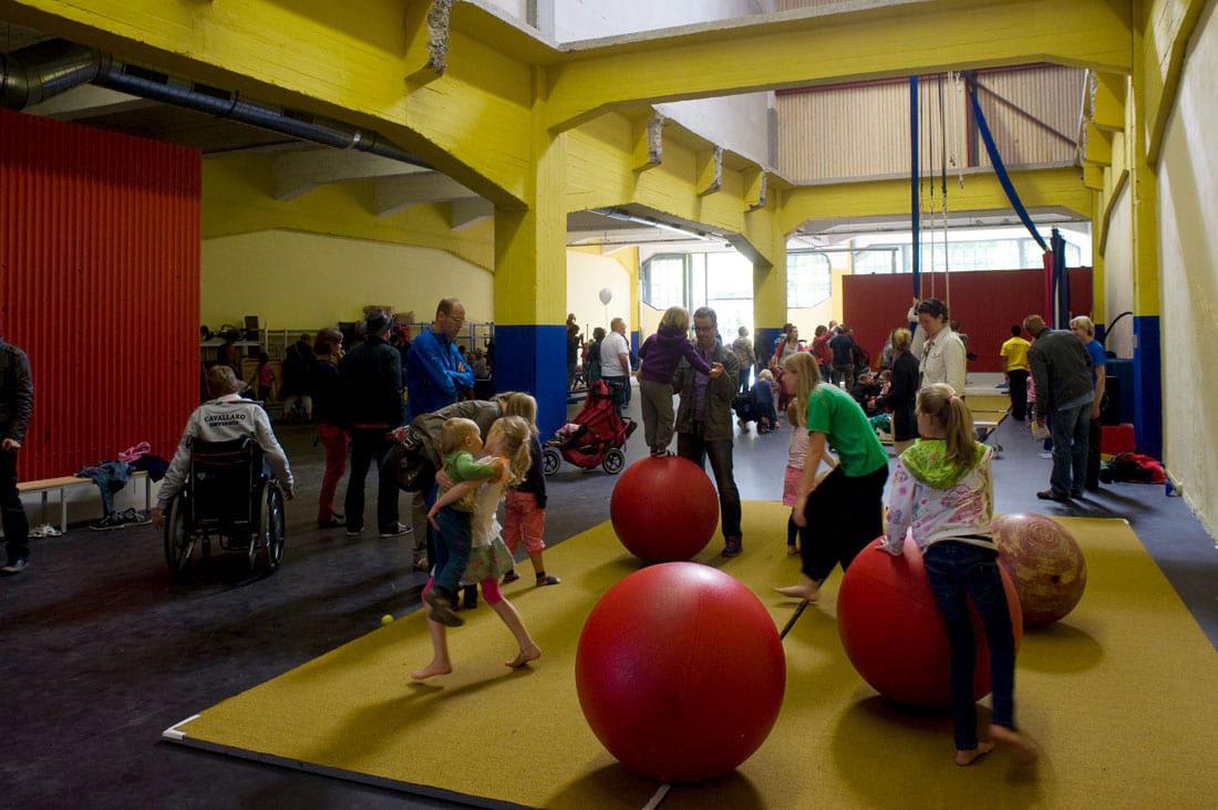 Circus Rotjeknor ruimte in gebruikt met spelende kinderen en volwassenen