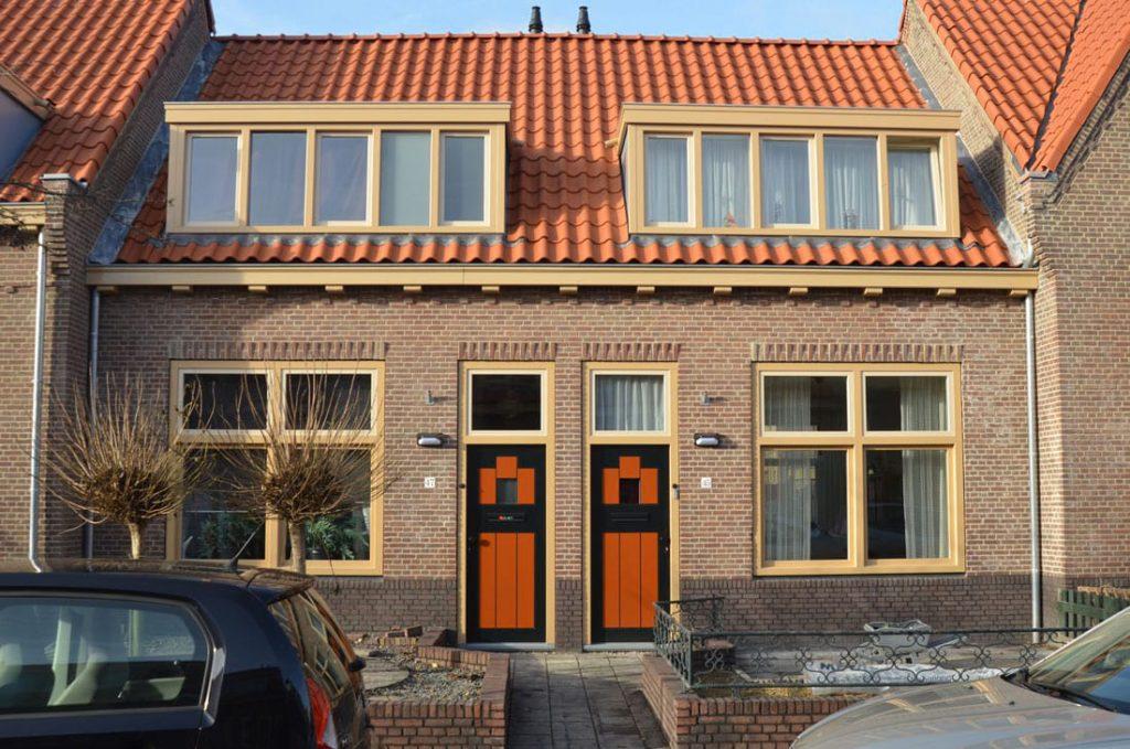 nieuwe gevel van een huis in de tuinstadwijk na renovatie