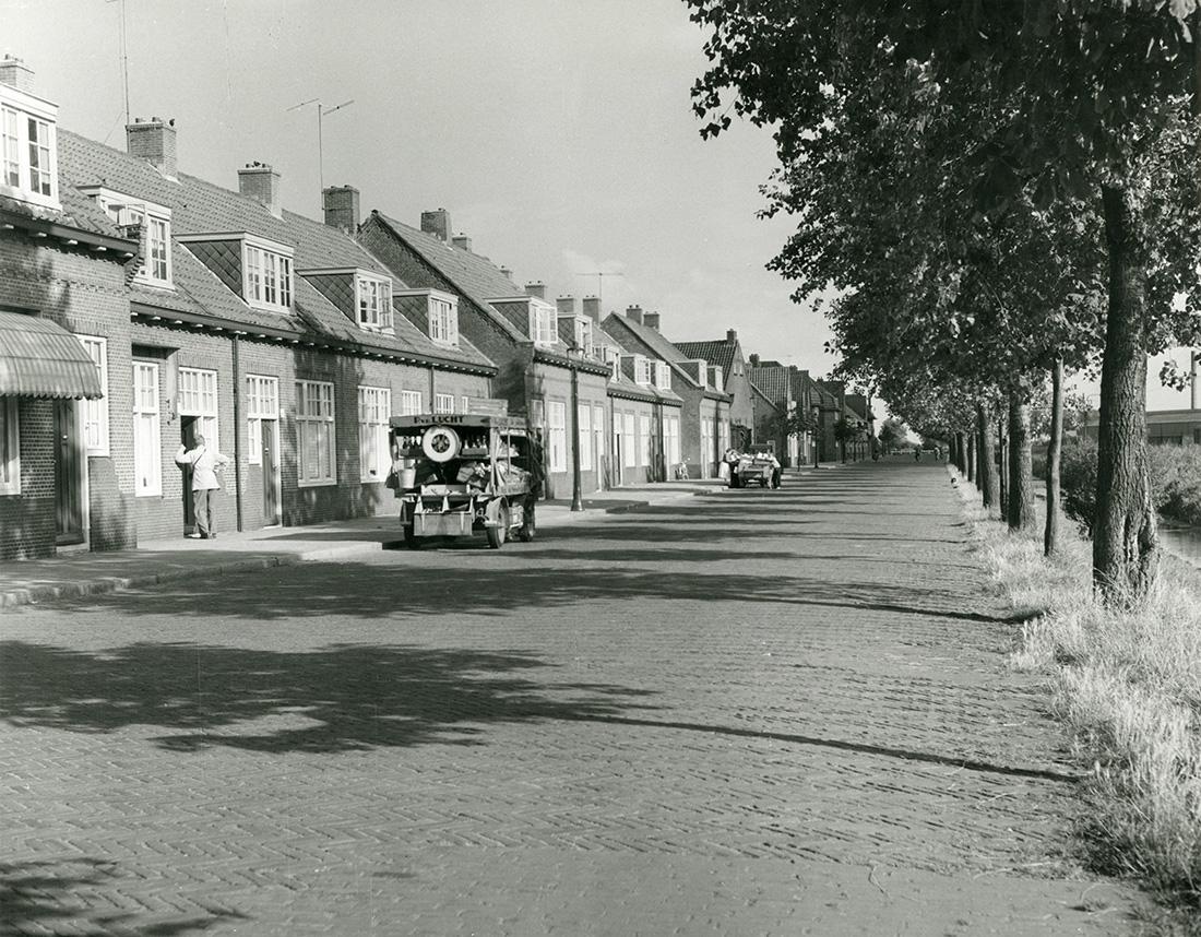 oorspronkelijk situatie van de huizen aan de kastanjekade in de tuinstadwijk met oude auto's en bomen