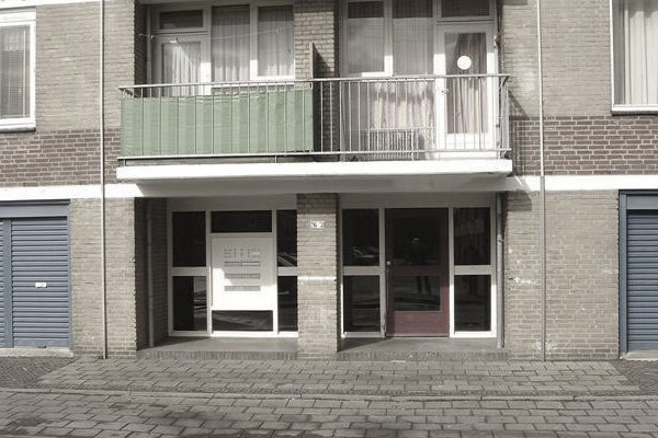 Foto van de bestaande situatie van de schuilenburg in amersfoort met close up van het portiek en de ingang.