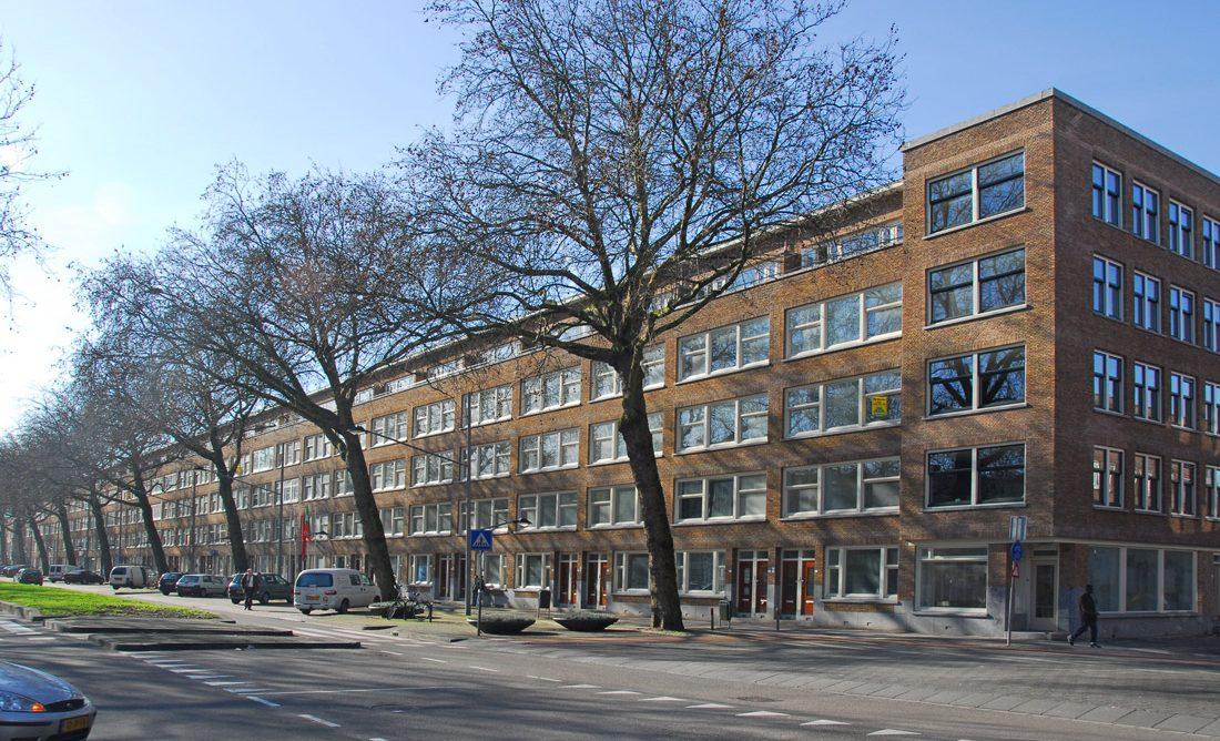 weg met auto's en bomen en daarachter het appartementencomplex aan de dordstelaan na renovatie