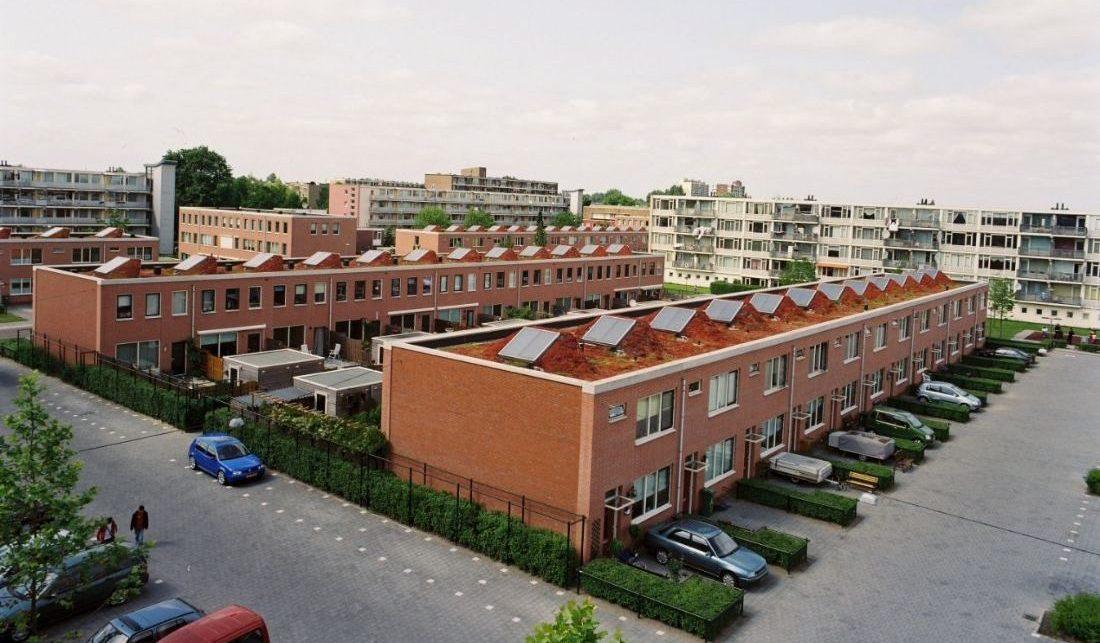 wijkaanzicht van de westwijk in vlaardingen na de renoavtie met zonnepanelen op de daken en auto's in de voortuinen