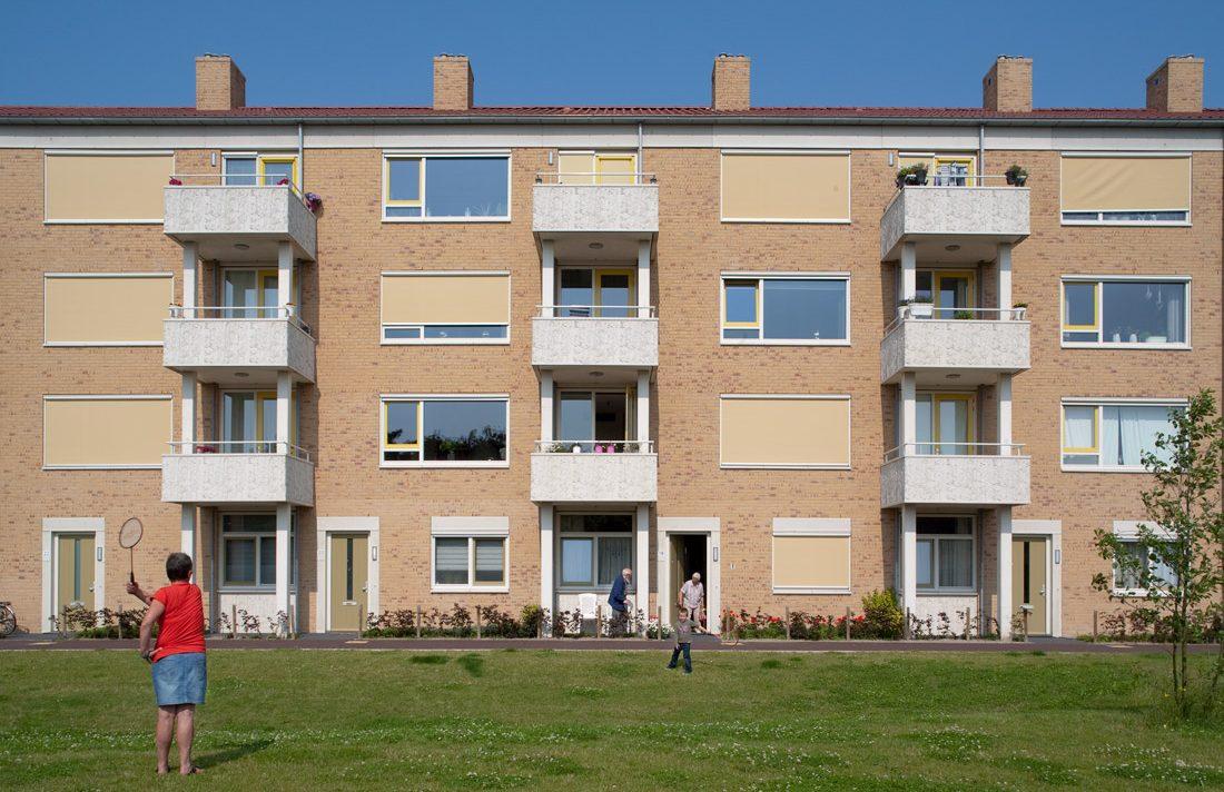 aanzicht met uitstekende balkons van een van de gebouwen van de nieuwbouw in het schilderskwartier in woerden met gele en groene details