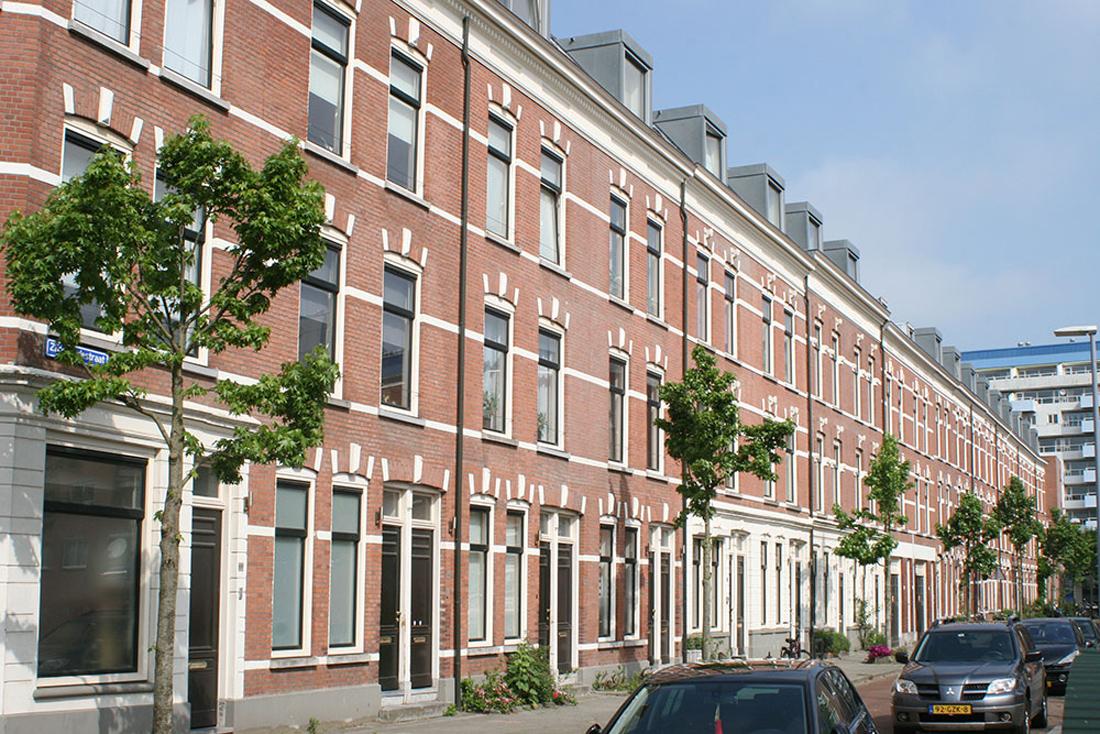 zijaanzicht van de huizen aan de zijdewindestraat na renovatie met vernieuwde gevels