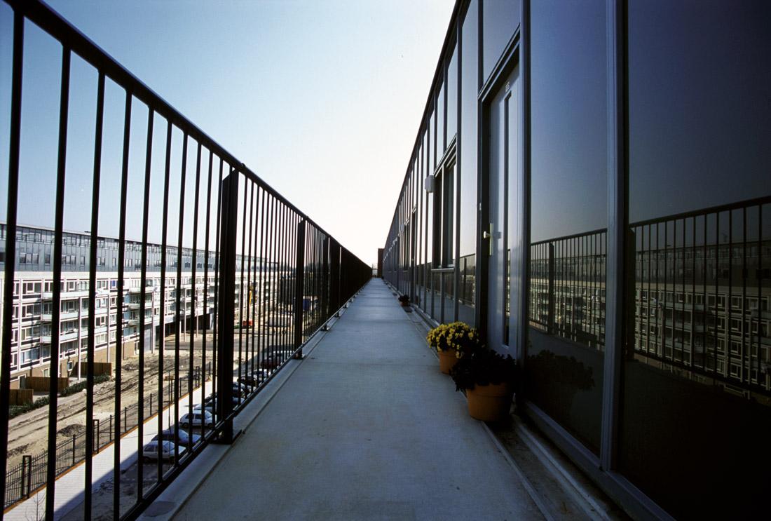 aanzicht van een van de galerijen van een van de flats van complex 50 en 117 na de renovatie