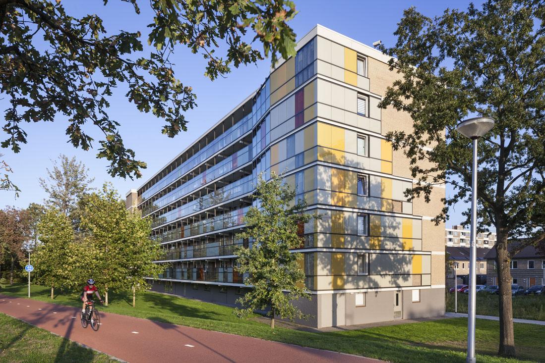 Foto van de schuilenburg in amersfoort na de renovatie door vanschagen architecten met een fietser ervoor op het fietspad