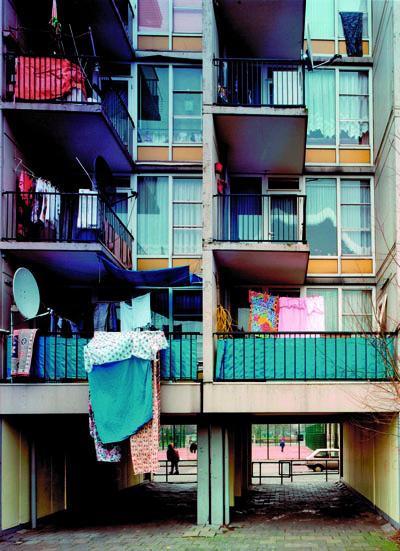 een onderdoorgang en daarboven balkons met was van een van de gebouwen in complex 50 en 117 in amsterdam in de oude situatie