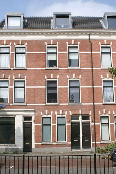 vooraanzicht huizen aan de zijdewindestraat met een laag hekje ervoor na de renovatie