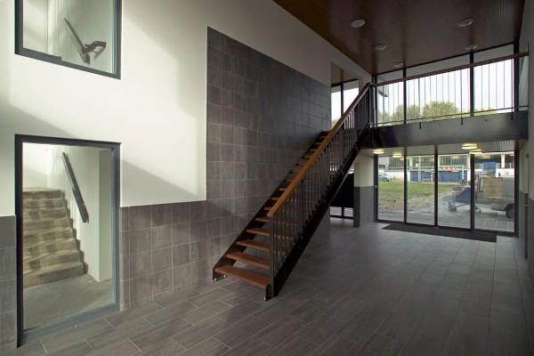 aanzicht van de entreehal aan de binnenkant met trappen van de flat de echtenstein in amsterdam na renovatie