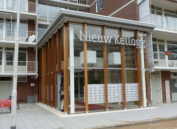 De gerenoveerde flat 'de nieuwe kellogg' in ommoord met brievenbussen in het portiek.