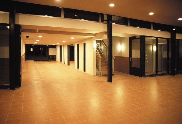 aanzicht van de binnenkant van de vernieuwde entree van een van de prinsenflats in rijswijk in de avond