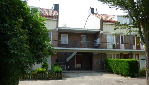 Oud aanzicht van de delen van de huizenblokken met trappen in de Sagenbuurt in Rotterdam voor de renovatie
