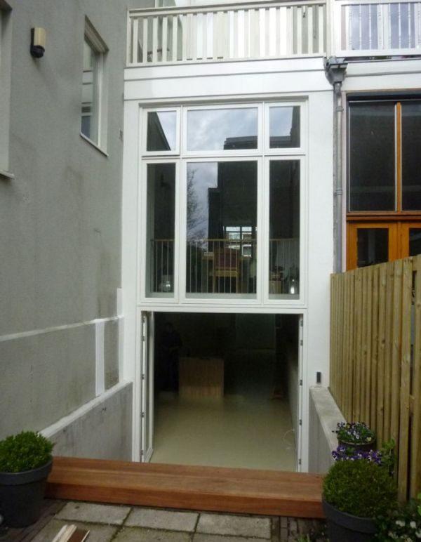 aanzicht van de achterkant van een huis aan de spoorsingel na verbouwing en renovatie met een nieuwe leefbare kelder