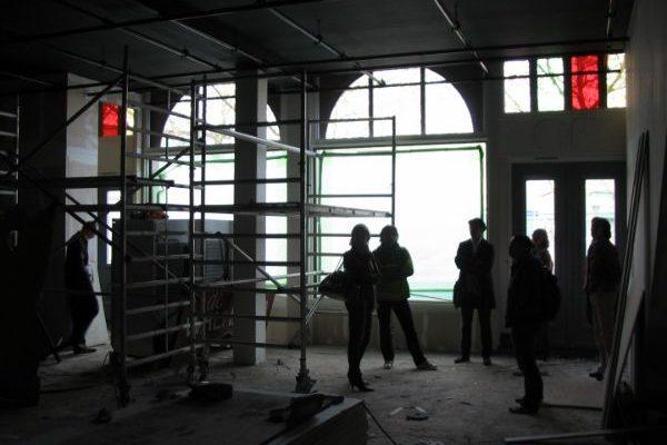 Foto van de binnenkant van theater walhalla onder constructie op katendrecht in rotterdam