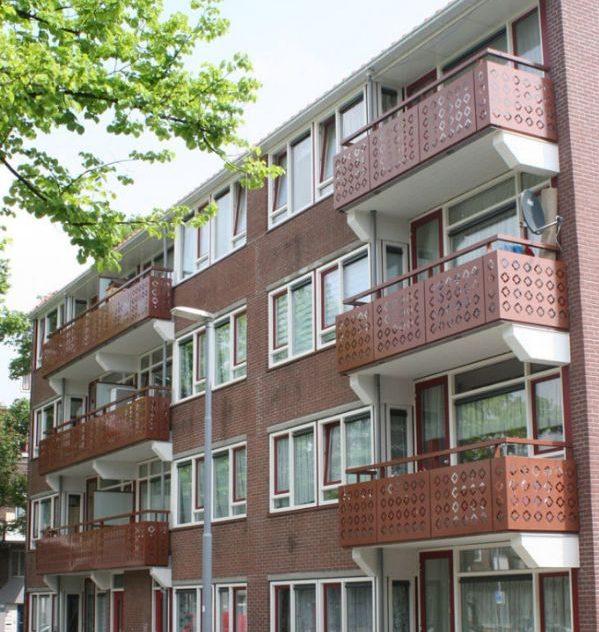 zijaanzicht van de flat aan de van rheynstraat met bruine geperforeerde balkons
