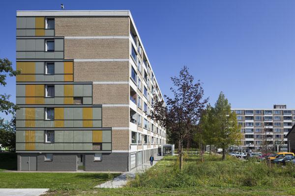 Foto van de zijkant van de schuilenburg in amersfoort na de renovatie met nieuwe gele details in de ramen.