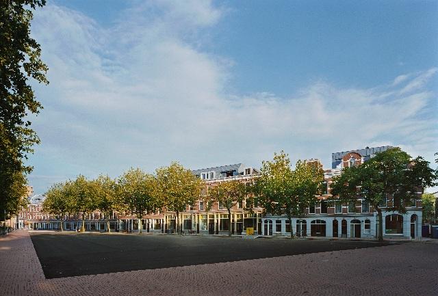 foto van deliplein met het plein onder in beeld en de gerenoveerde huizen en bedrijfspanden in de verte.