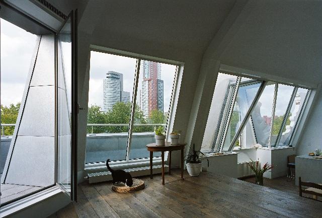 Foto van een woning aan deliplein volledig gerenoveerd op katendrecht met in de achtergrond de montevideo.