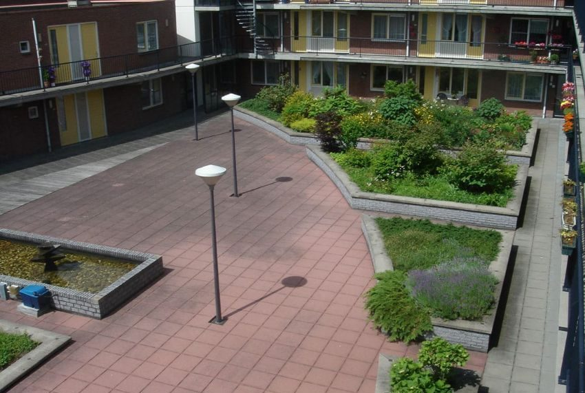 beeld van de binnenplaats van fase 2 in schiebroek waaronder de tuin een supermarkt zit
