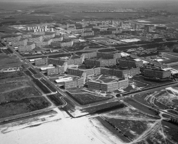 oude luchtfoto van de wijk bijlmermeer in amsterdam met een overzicht van de flats in de wijk onder andere de florijn