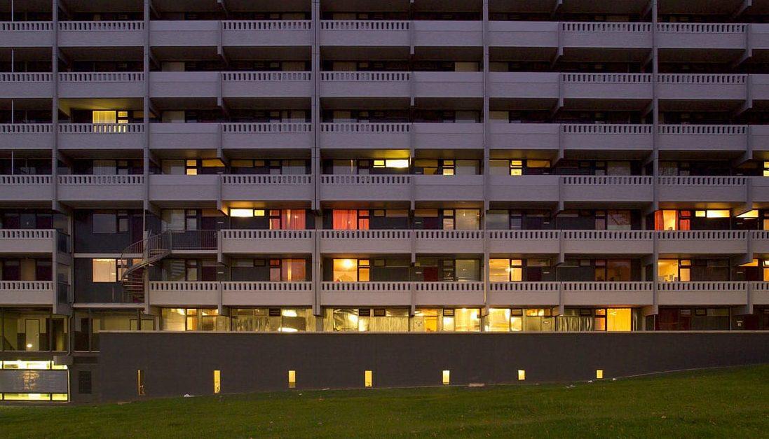 vooraanzicht van de gerenoveerde flat echtenstein in amsterdam in de avond