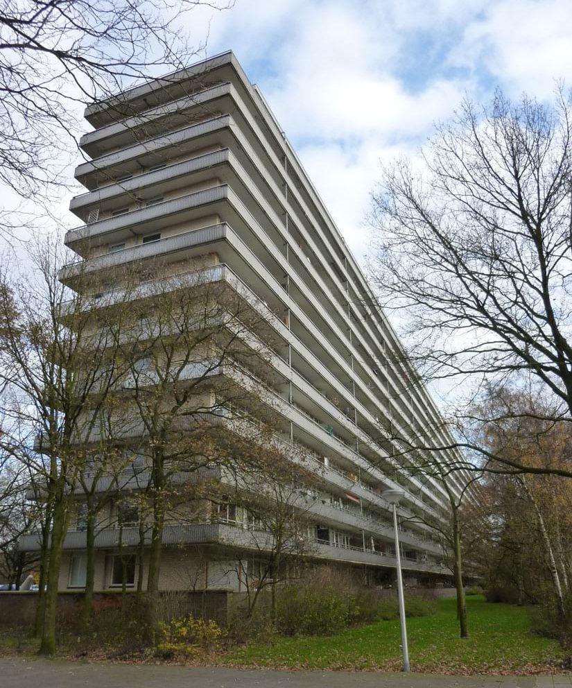 aanzicht van de geroflat in de situatie voor de renovatie met grijze balkons