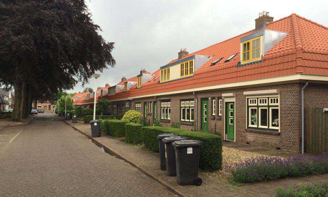 aanzicht van de gerenoveerde huizen aan de paul krugerstraat met gele en groenen details in doetinchem