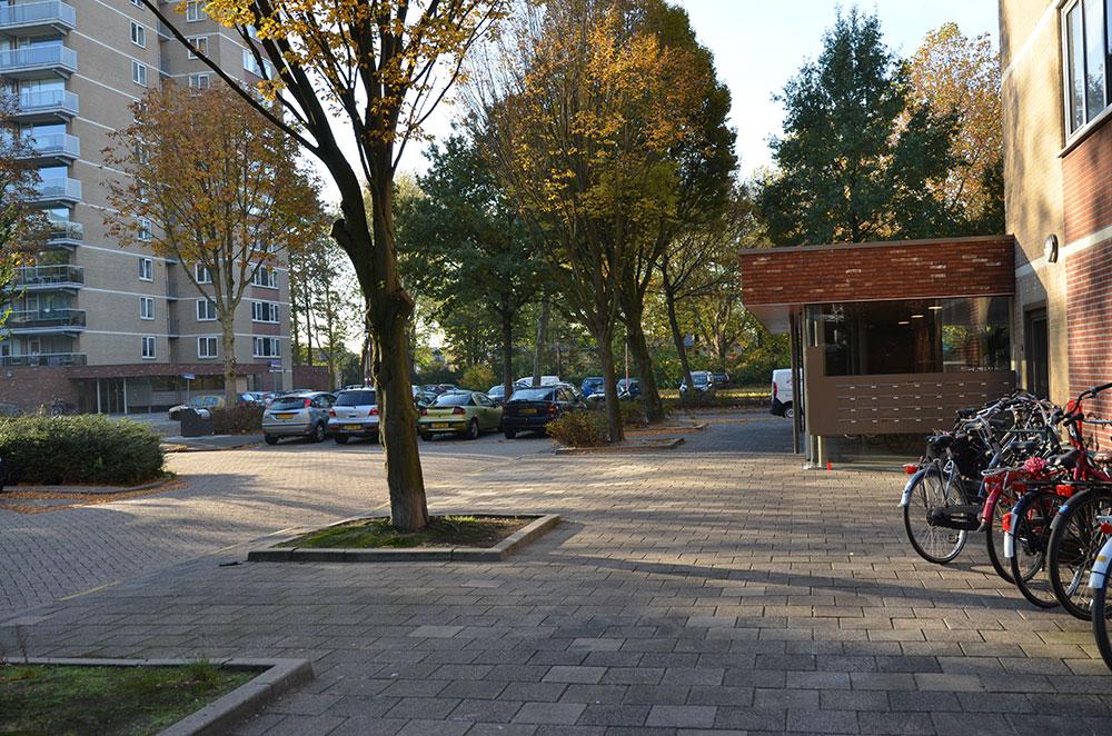 aanzicht van de nieuwe situatie na de renovatie van de entree van een van de woontorens van Wenckenbachcarré in nieuwegein