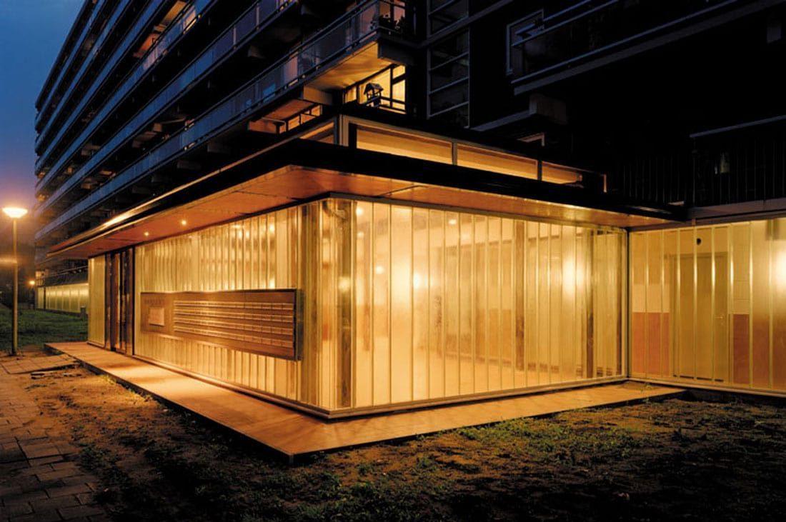 de nieuwe entreehal van de prinsenflat in rijsiwijk verlicht bij avond