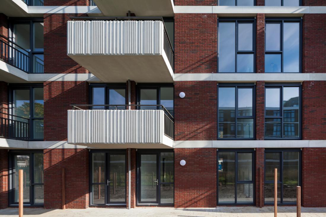 Foto van de geuzenveld in amsterdam na bouw met details van de gevel en balkons.