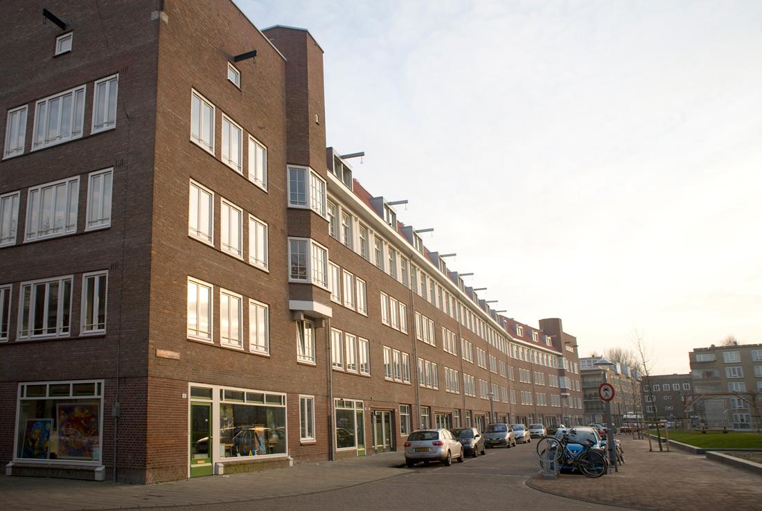 aanzicht van links van het gerenoveerde appartementencomplex aan de gorontalostraat in amsterdam met geparkeerde auto's in de straat