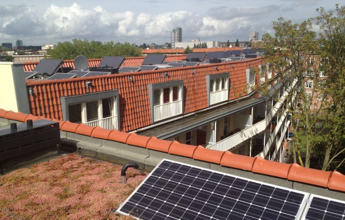 Zonnepanelen op het dak van de gorontalostraat in amsterdam met oranje dakpannen