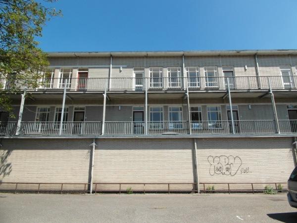 het gebouw de rechercheur in hilversum in bestaande situatie voor de renovatie met graffiti op de muur