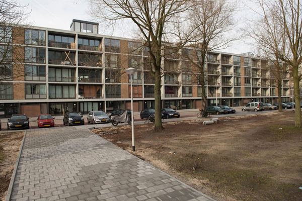 de nieuwe situatie van de straatzijde van de klarenstraat in amsterdam voor de renovatie met bomen en geparkeerde auto's ervoor