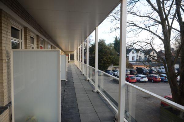 foto van de gerenoveerde balkons van het gebouw de rechercheur in hilversum met uitzicht op de parkeerplaats