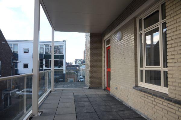 foto van de gerenoveerde balkons van het gebouw de rechercheur in hilversum met uitzicht op de stad