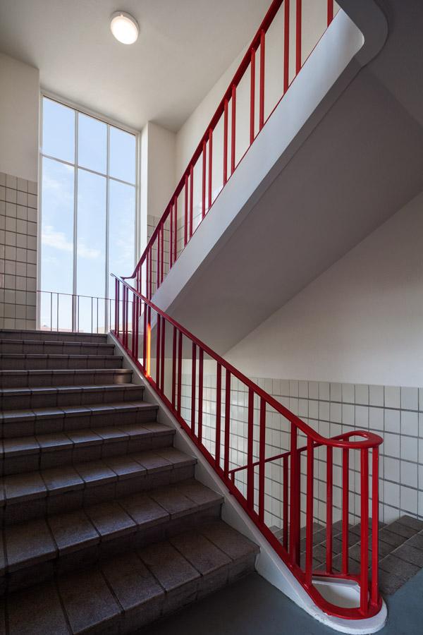 foto van het gerenoverde trappenhuis met rode trapleuning van het gebouw de rechercheur in hilversum