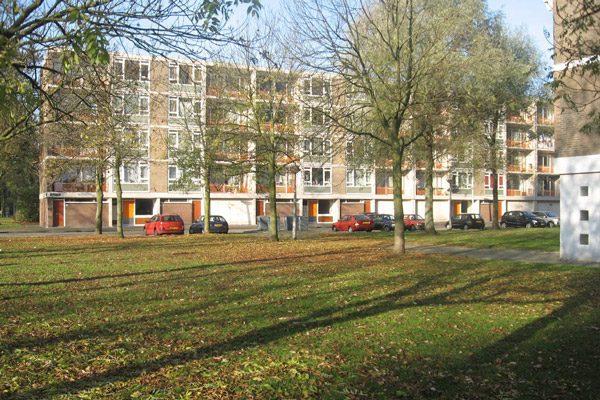 de bestaande situatie van de straatzijde van de klarenstraat in amsterdam voor de renovatie met groen en geparkeerde auto's ervoor