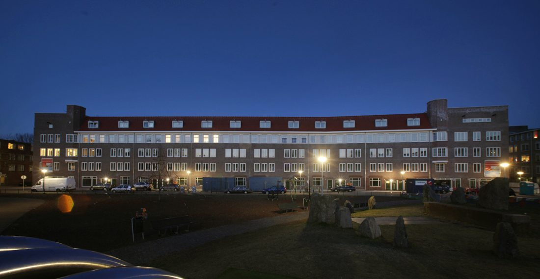Vooraanzicht van de gorantaloflat in amsterdam bij nacht met verlichting