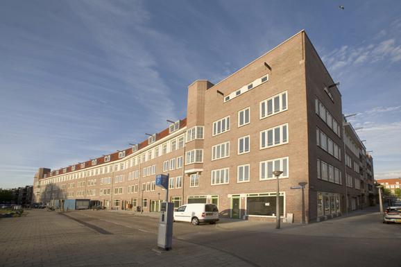 Zijaanzicht van rechts aan de voorkant van het gerenoveerde appartementencomplex in de Gorontalostraat in Amsterdam