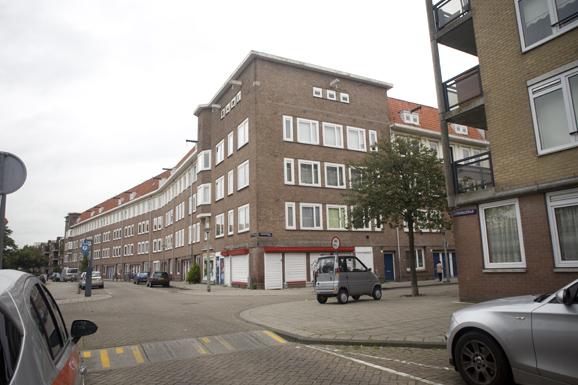 Zijaanzicht van rechts aan de voorkant van de bestaande situatie van het appartementencomplex in de Gorontalostraat in Amsterdam