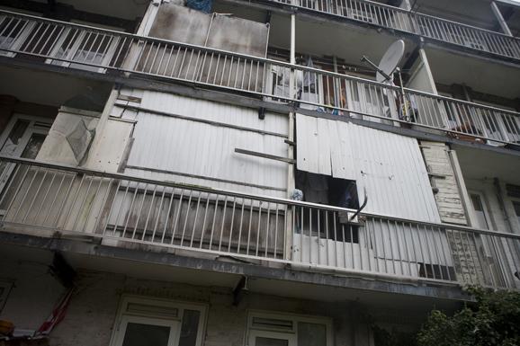 Balkons van de gorontalostraat in amsterdam met golfplaten en schotel antenne