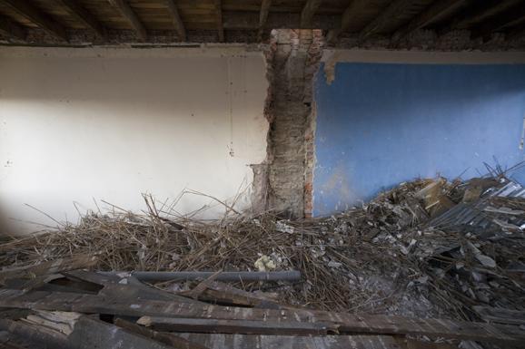Binnenkant van het appartementencomplex aan de gorontalostraat in amsterdam waar alles is gesloopt en wordt verbouwd