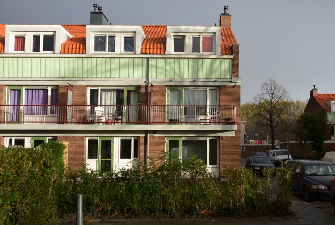 aangezicht van een deel van een van de gerenoveerde woongebouwen in de Sagenbuurt in Rotterdam in Oud Ijsselmonde